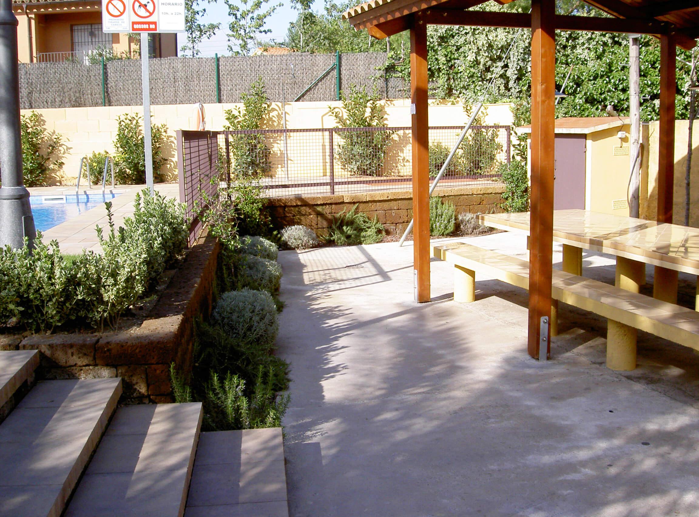 Comunitat Clos Surera. Adequació i disseny jardineria, piscina, il.luminació